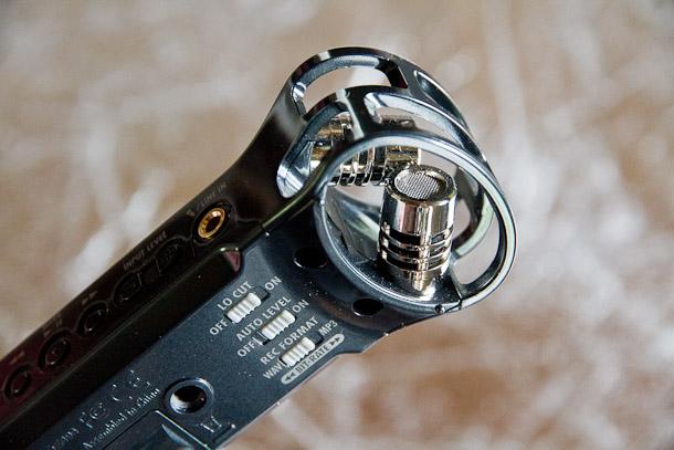 Au dos de l'enregistreur, les boutons des quelques options de réglages et le pas de vis pour fixer sur le petit tripod