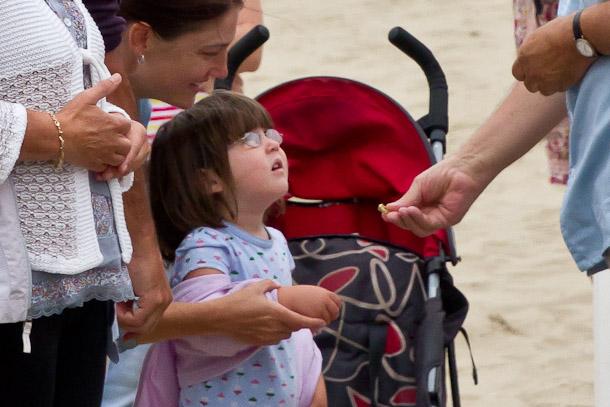 Coppola fait un cadeau à une petite fille lors du festival du cinéma américain de Deauville 2011