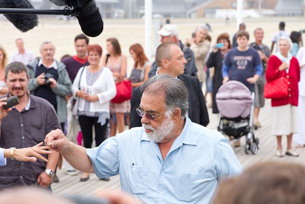Une journaliste offre sa main à Francis Ford Coppola
