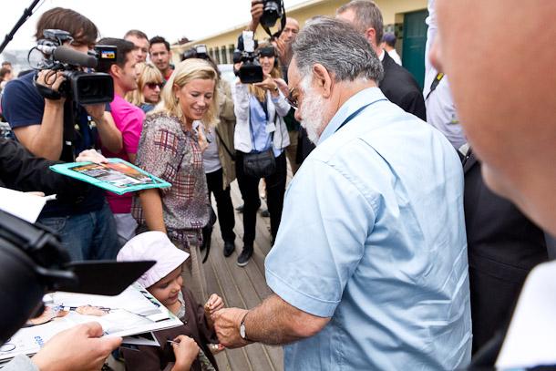 Lors du Festival du Cinéma Américain de Deauville, Francis Ford Coppola, président du jury, offre des bagues aux enfants