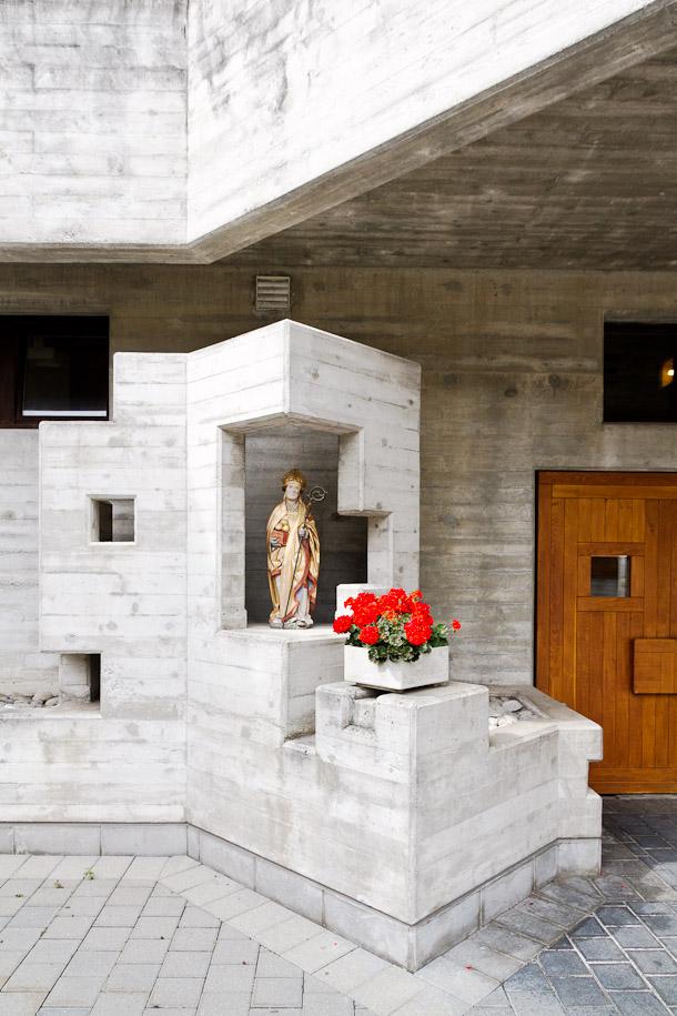 Entrée de l'église d'Hérémence, Valais, Suisse